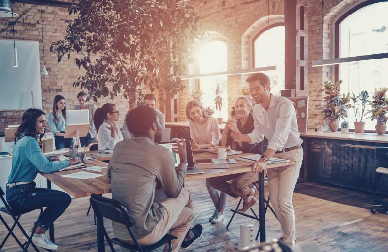 En bild som visar person, personer, restaurang, matbord Automatiskt genererad beskrivning